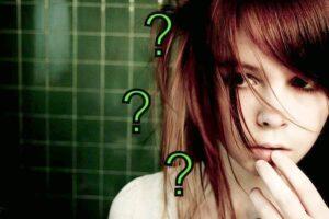 Mulher jovem com expressão de dúvida