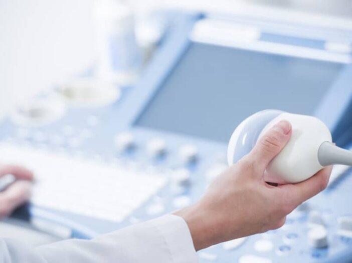 Médica fazendo exame de ultrassom